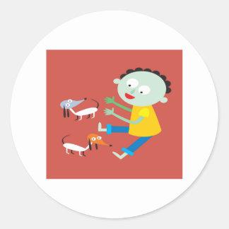 Diseño lindo del muchacho y de los perros etiqueta redonda