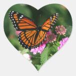 Diseño magnífico de la mariposa de monarca pegatina de corazón
