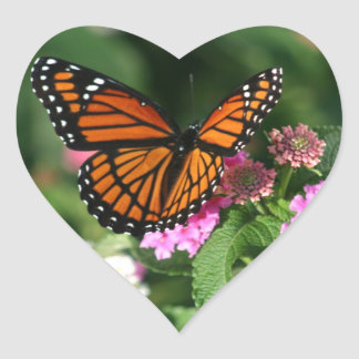 Diseño magnífico de la mariposa de monarca pegatina en forma de corazón