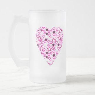 Diseño modelado del corazón en el rosa, blanco y taza de cristal