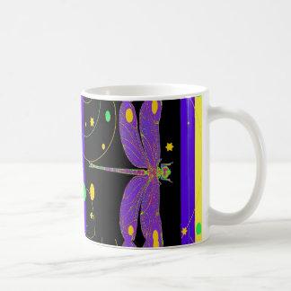Diseño moderno de la libélula de la lavanda por taza clásica