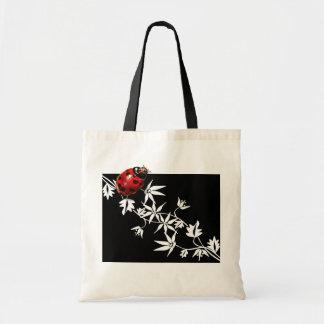 Diseño negro del corazón de la mariquita del clema bolsa de mano