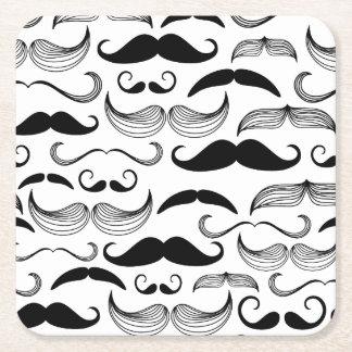 Diseño negro y blanco divertido del bigote posavasos de cartón cuadrado