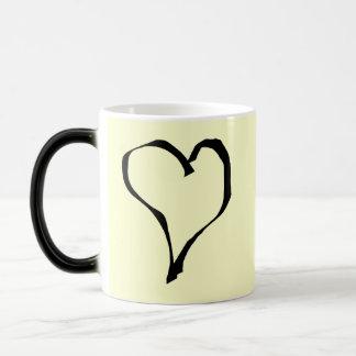 Diseño negro y poner crema del corazón del amor taza de café