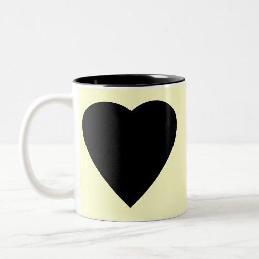 Diseño negro y poner crema del corazón del amor tazas