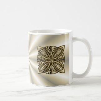 Diseño original del nudo céltico del oro taza básica blanca