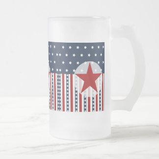 Diseño patriótico de la bandera americana de las jarra de cerveza esmerilada