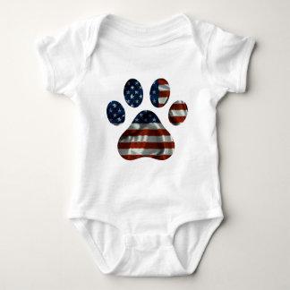 Diseño patriótico de la pata del perro camisetas