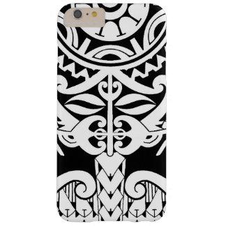 Diseño polinesio negro del tatuaje con la máscara funda de iPhone 6 plus barely there