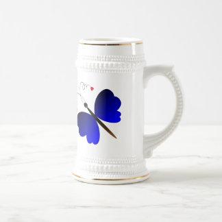 Diseño precioso de las mariposas del verano jarra de cerveza