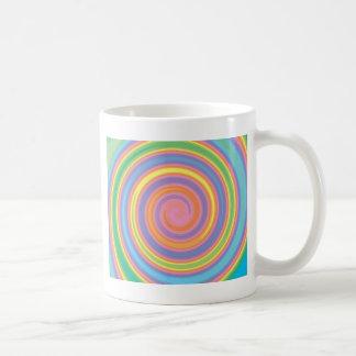 Diseño psicodélico colorido del remolino del molin taza básica blanca