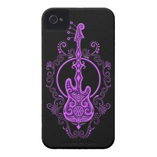 Diseño púrpura complejo de la guitarra baja en neg iPhone 4 Case-Mate carcasa