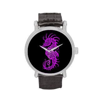 Diseño púrpura complejo del Seahorse en negro Relojes De Pulsera
