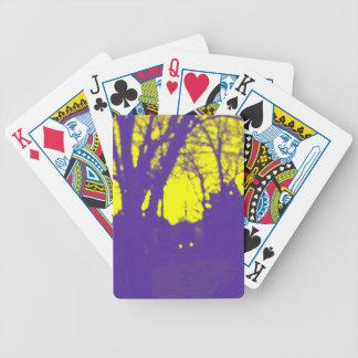 Diseño púrpura de la silueta del cielo amarillo barajas de cartas