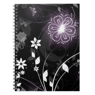 Diseño púrpura iluminado de las mariposas y de las libro de apuntes con espiral