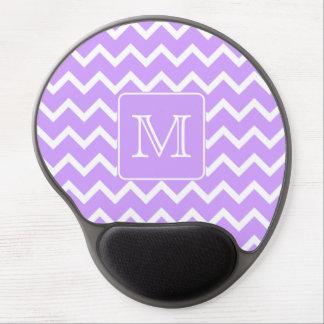 Diseño púrpura y blanco de Chevron. Monograma de e Alfombrilla Con Gel