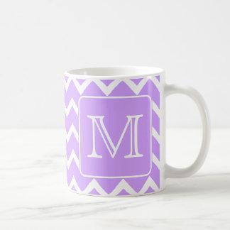 Diseño púrpura y blanco de Chevron. Monograma de e Taza De Café
