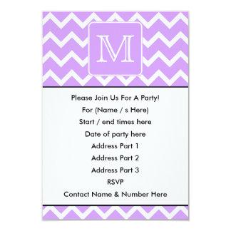 """Diseño púrpura y blanco de Chevron. Monograma de Invitación 3.5"""" X 5"""""""