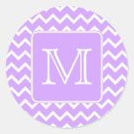 Diseño púrpura y blanco de Chevron. Monograma de Pegatinas Redondas