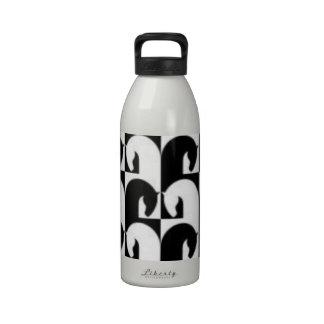 Diseño retro blanco negro del caballo del ajedrez botella de agua