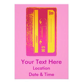 Diseño retro de la cinta de casete en rosa y amari invitaciones personales