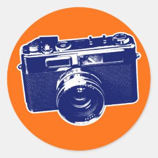Diseño retro gráfico de la cámara en azul pegatina redonda