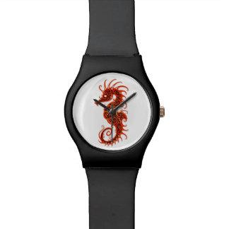 Diseño rojo complejo del Seahorse en blanco Reloj