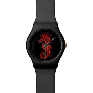 Diseño rojo complejo del Seahorse en negro Reloj