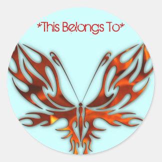 Diseño rojo de la mariposa de la llama de la pegatina redonda