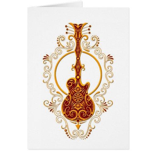 Diseño rojo de oro complejo de la guitarra en blan tarjetón