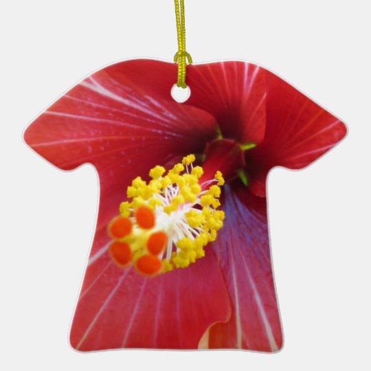 Diseño rojo del hibisco adorno navideño de cerámica en forma de playera