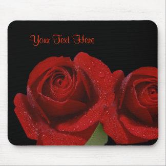 Diseño rojo oscuro cubierto rocío precioso del ros alfombrillas de raton