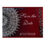 Diseño rojo oscuro y de plata postal