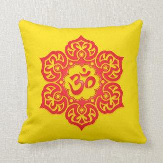 Diseño rojo y amarillo florales de Aum Cojin