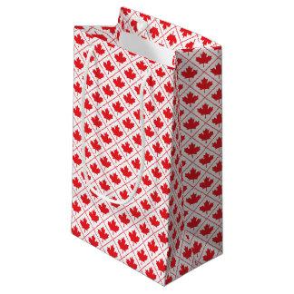 Diseño rojo y blanco de la hoja de arce canadiense bolsa de regalo pequeña