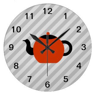 Diseño rojo y negro de la tetera, en rayas grises reloj