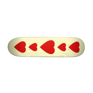 Diseño rojo y poner crema del corazón del amor patinetas personalizadas
