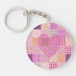 Diseño romántico del corazón del remiendo del rosa llavero redondo acrílico a una cara
