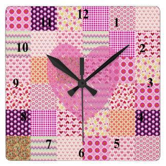 Diseño romántico del corazón del remiendo del rosa reloj cuadrado