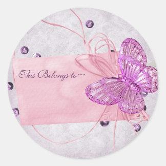 Diseño rosado bonito adaptable de la mariposa etiqueta redonda