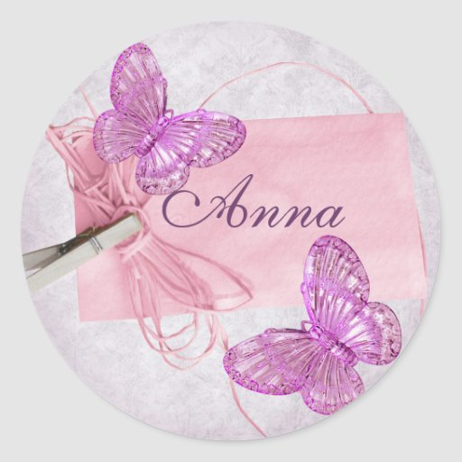 Diseño rosado bonito adaptable de la mariposa pegatina redonda