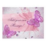 Diseño rosado bonito adaptable de la mariposa postal