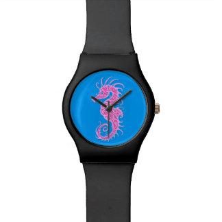 Diseño rosado complejo del Seahorse en azul Reloj De Mano