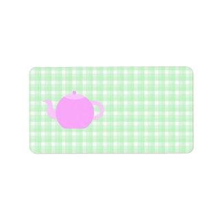 Diseño rosado de la tetera en control verde etiqueta de dirección