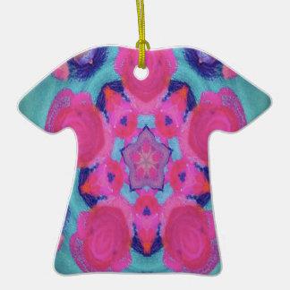 Diseño rosado del caleidoscopio de la estrella adorno navideño de cerámica en forma de playera