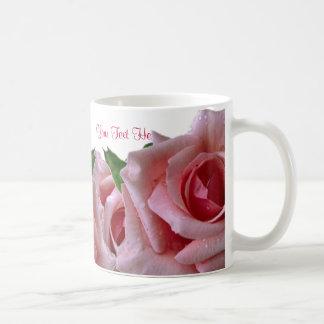 Diseño rosado hermoso del rosa taza básica blanca