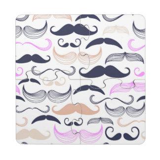 Diseño rosado y negro enrrollado del bigote posavasos de puzzle