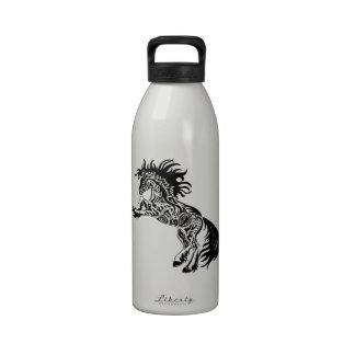Diseño salvaje tribal del caballo del semental botella de beber