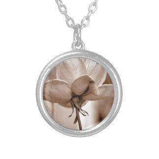 Diseño subió sepia de la foto de la flor colgante redondo