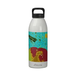 Diseño surrealista del melocotón y de los pescados botella de beber